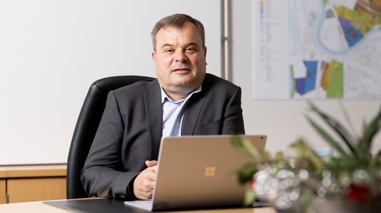Adrian Hitz sitzt in Untersiggenthal ab 2022 auf dem Chefsessel. (Severin Bigler)