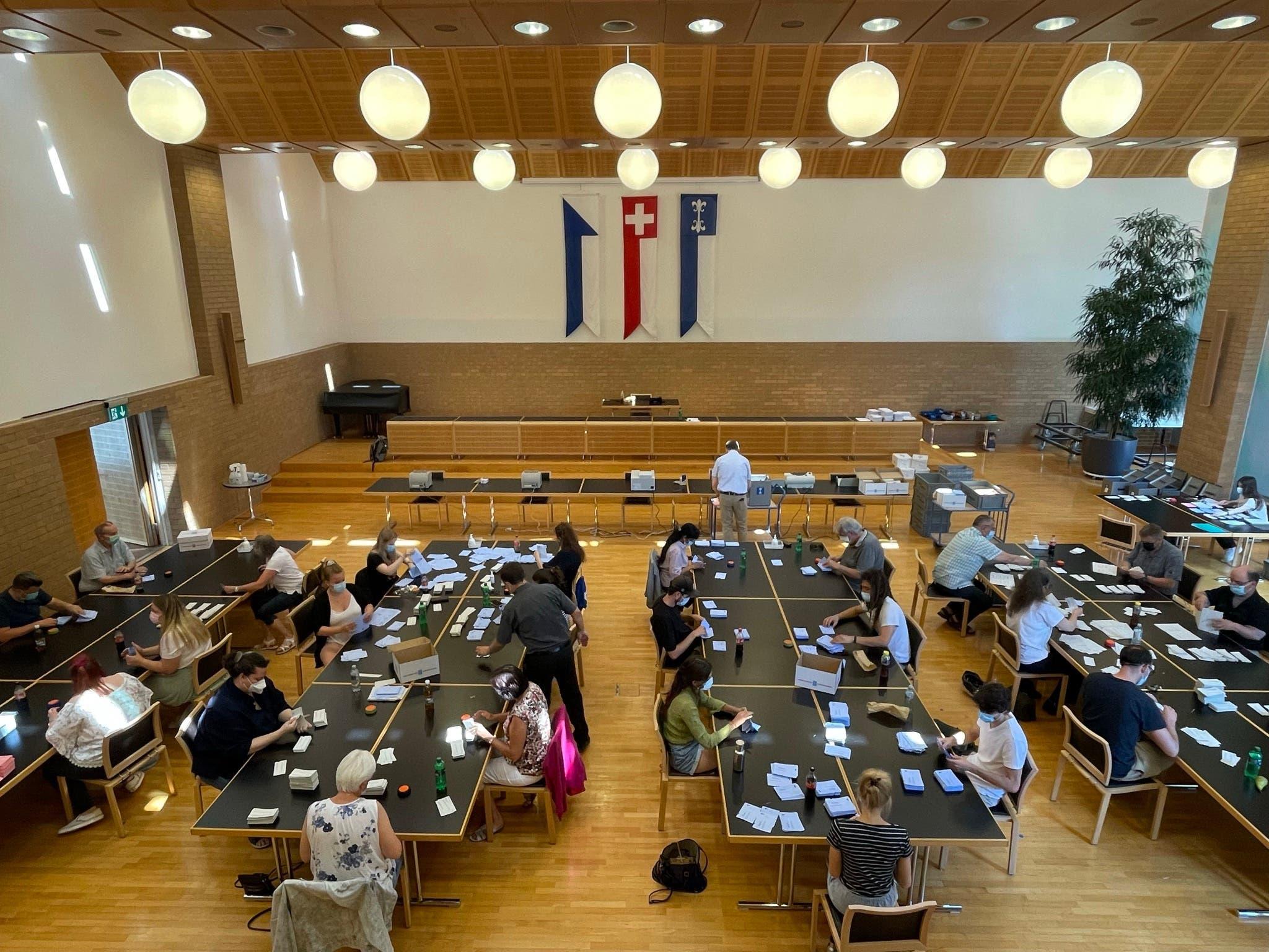 Ab Mittag zählten die vielen fleissigen Helfer im Gemeinderatssaal im Dietiker Stadthaus die Abstimmungszettel aus.