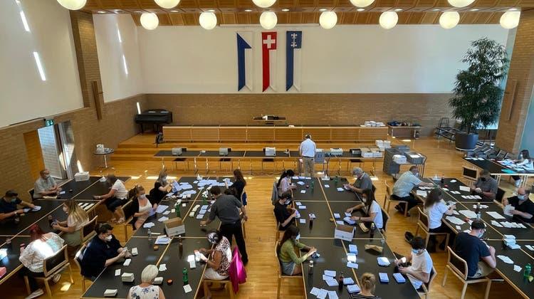 Ab Mittag zählten die vielen fleissigen Helfer im Gemeinderatssaal im Dietiker Stadthaus die Abstimmungszettel aus. (Florian Schmitz)