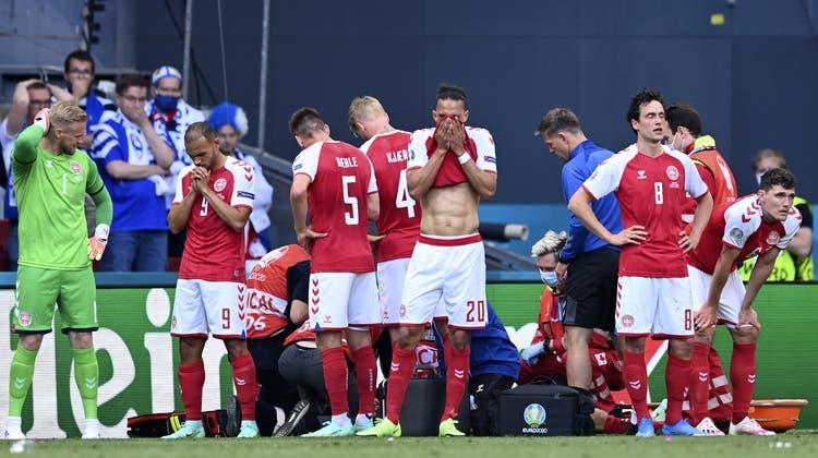 Zu diesem Zeitpunkt war die Lage des dänischen Mittelfeldspielers noch nicht klar. Nun soll es ihm besser gehen. (Stuart Franklin / AP)