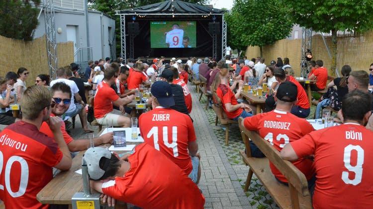 Rot-weisses Stelldichein vor der Leinwand der Sommerbar auf dem Parkplatz des Restaurants Toggenburgerhof in Kirchberg. (Bild: Christoph Heer)
