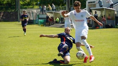Hart geführter Zweikampf zweier Verteidiger: Wils Donart Asani (in Weiss) gegen Amriswil-Spieler Joel Germann. (Bild: Tim Frei)