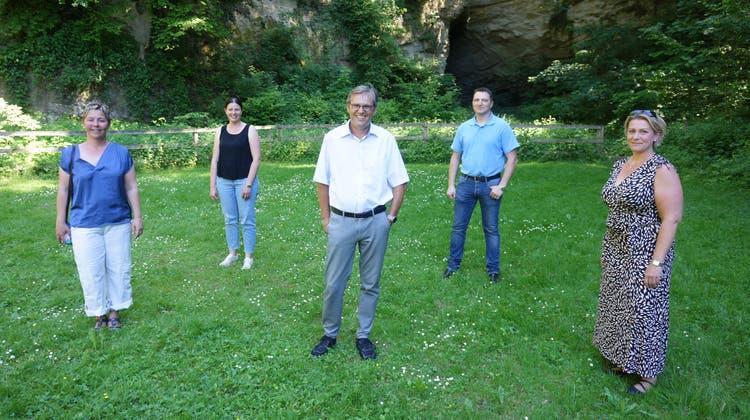 Ein Teil des Gemeinderates von Schnottwil und sein neuer Präsident. Martin Willi (neuer Gemeindepräsident, Mitte), Ursula Brüllhardt (rechts), Sarah Hartmann, Pascale Lauper (links), Frédéric Grossmann Schluep. (Urs Byland)