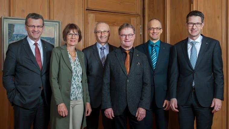 Die vier Bisherigen wurden klar wiedergewählt (v.l.): Stadtammann Franco Mazzi (FDP), Susanna Schlittler (FDP), Vizeammann Walter Jucker (SVP) und Dominik Burkhardt (GLP). Hans Gloor (parteilos; Zweiter von rechts) trat nicht mehr an. (zvg)