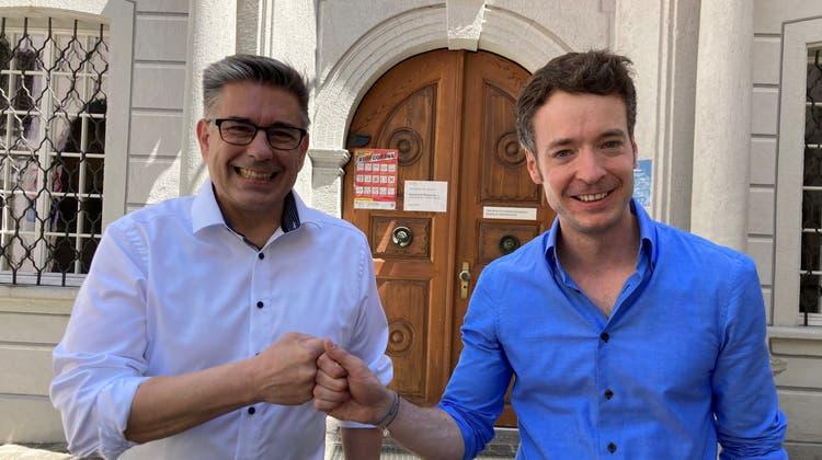 Riesige Freude über das beidseitige Ja zur Ausarbeitung des Fusionsvertrages: Stadtammann Markus Schneider (links) und Turgis Gemeindeammann Adrian Schoop. (pkr)