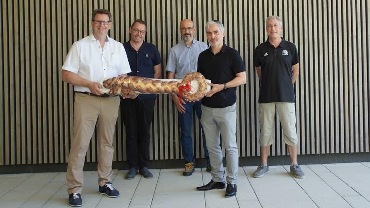 Von links: Gemeinderat Markus Knüsel, Ammann Tobias Leuthard, Architekt Claudio Richiusa, Bauleiter Matthias Kreis und FC-Präsident Robert Rütimann. (Sibylle Haltiner)