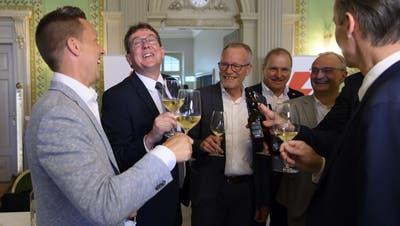 Hatten am Sonntag etwas zu feiern: Die SVP-Nationalräte Christian Imark, Albert Röst, alt Nationalrat Hans Egloff sowie Pierre-Andre Page und weitere Mitstreiter. (Bild: Anthony Anex/Keystone (Bern, 13. Juni 2021))