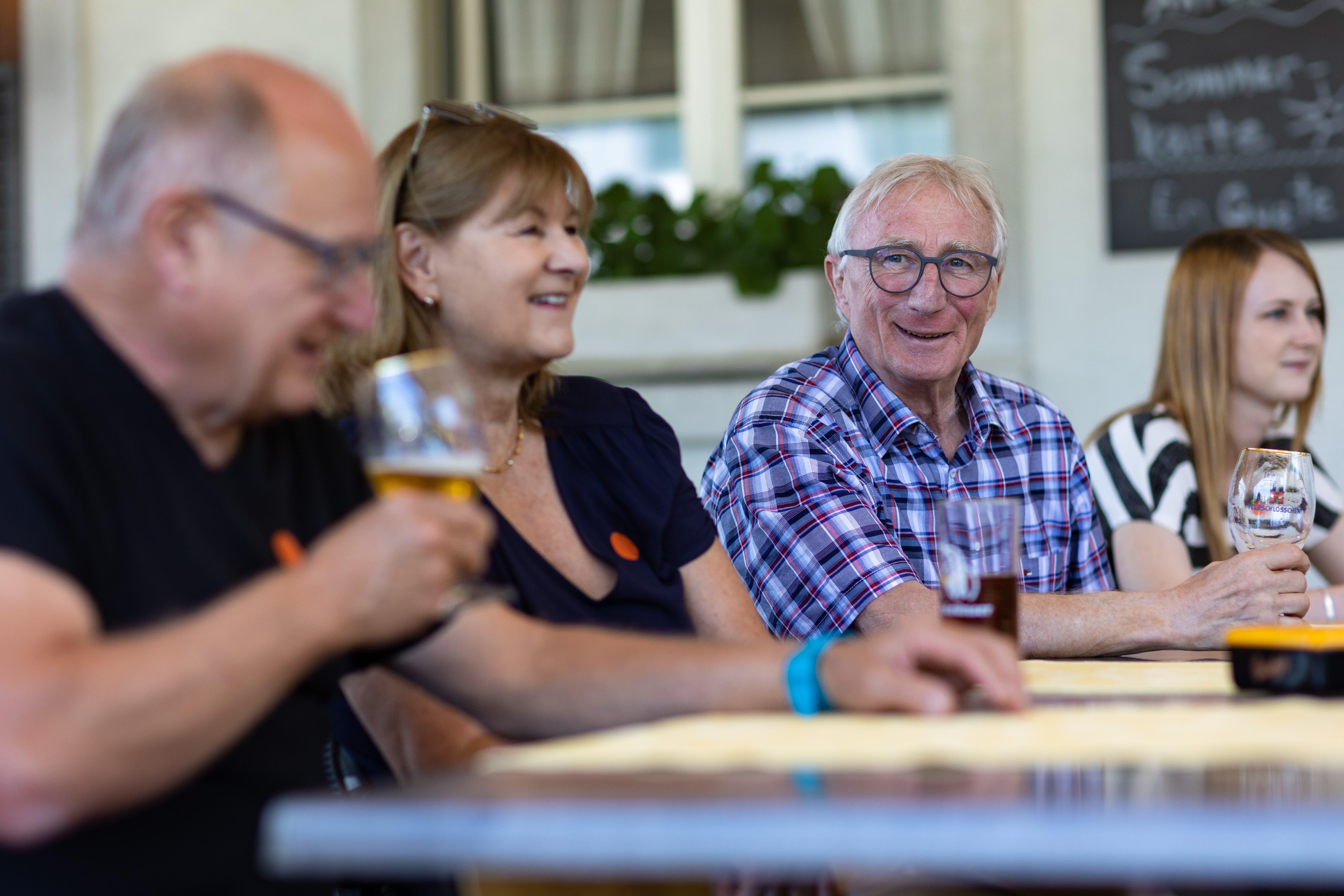 Ein strahlender Hans Ruedi Ingold im Kreis seiner Familie und langjähriger Freunde.