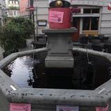 Die Brunnen in St.Gallen sind heute dunkelviolett gefärbt. (Bild: Raphael Rohner)