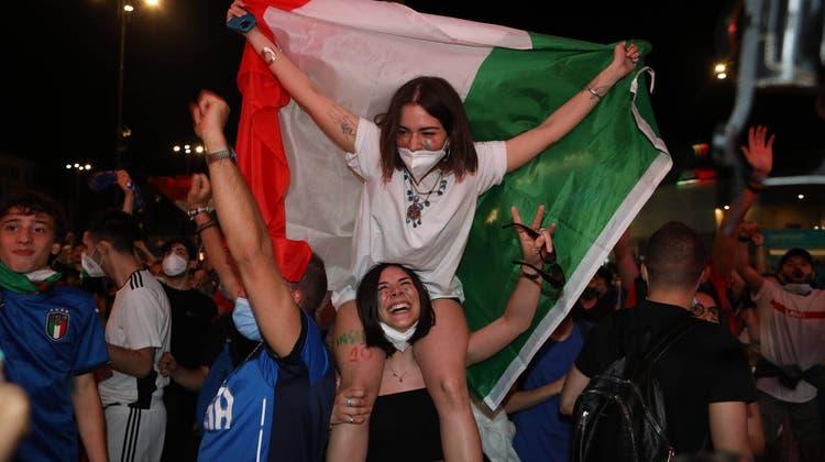 Nach dem 3:0 über die Türkei feierte man in Italien wie in den guten alten Zeiten. (Ettore Ferrari/Keystone)