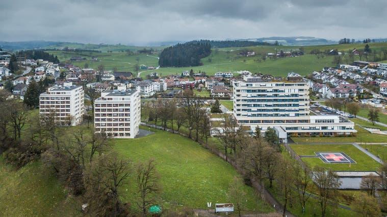 Das Spitalgebäude in Wolhusen ist rund 50-jährig und soll nun ersetzt werden. (Bild: Pius Amrein  (Wolhusen 12. April 2021))