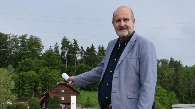 Tiefbauamt-Vorsteher Daniel Schmid zeigt, wo die neuen Wasserleitungen durchlaufen sollen. Im Hintergrund die Liegenschaft «Gutenmorgen». (Pascal Bruhin)