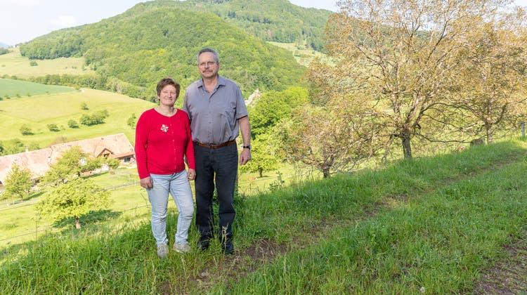 Martina und Thomas Nussbaumer oberhalb ihres Hofs in Wisen: Hier stehen die Nussbäume, deren Nussschalen einen ganz besonderen Zweck erfüllen. (Fabio Baranzini)