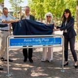 Der Platz im Erlenmatt-Quartier wurde am Montag eingeweiht. Von links nach rechts: Baschi Dürr,Emanuel Trueb, Paul Haffner, Gerti Elias und Stephanie Eymann. (Nicole Nars-Zimmer)
