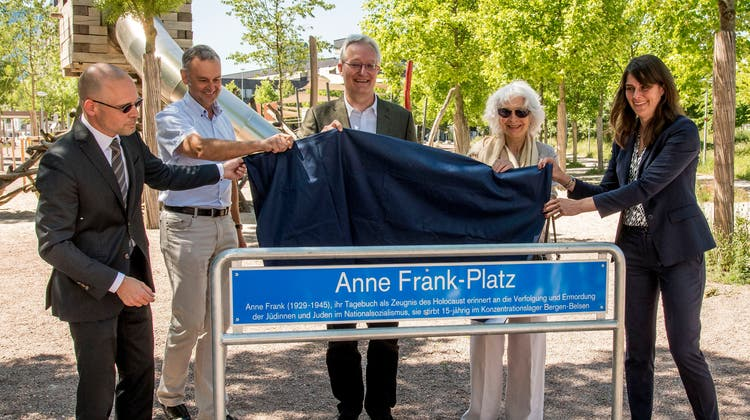 Der Platz im Erlenmatt-Quartier wurde am Montag eingeweiht. Von links nach rechts: Baschi Dürr,Emanuel Trueb, Paul Hafner, Gerti Elias und Stephanie Eymann. (Nicole Nars-Zimmer)
