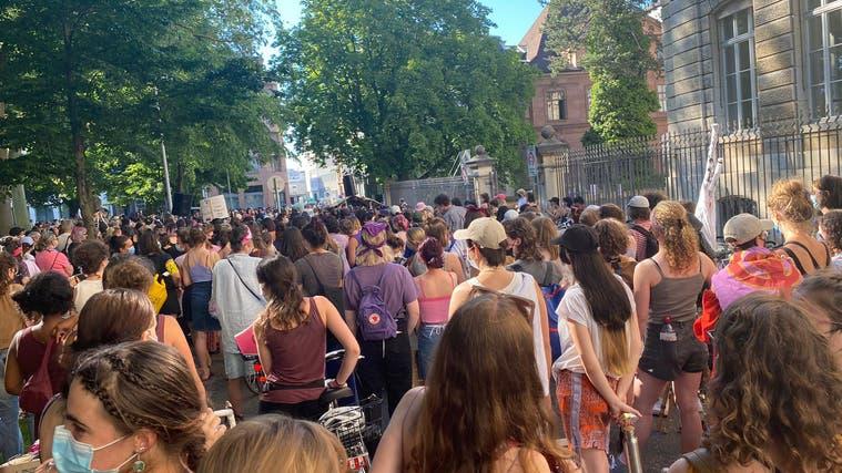 «Meine Vulva ist systemrelevant»: Frauen demonstrieren für Gleichstellung