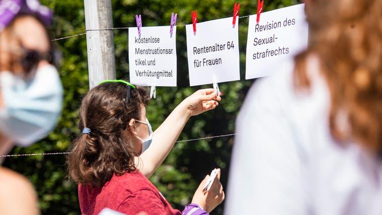 Die Aktivistinnen brachten 30 Forderungen am Badener Bahnhofplatz an. Sie sollen das Bewusstsein für all die Probleme wecken. (Bilder: Britta Gut)