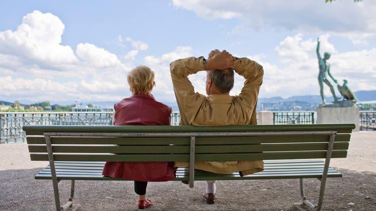 Rund 900'000 Rentnerinnen und Rentner in der Schweiz sind darauf angewiesen, dass die Pensionskassen ihr Altersguthaben gewinnbringend anlegen. (Gaetan Bally / KEYSTONE)