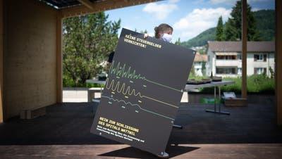 Das Referendumskomitee versammelte sich am Sonntag in Wattwil – und stellte letztmals seine Abstimmungsplakate auf. (Bild: Benjamin Manser)