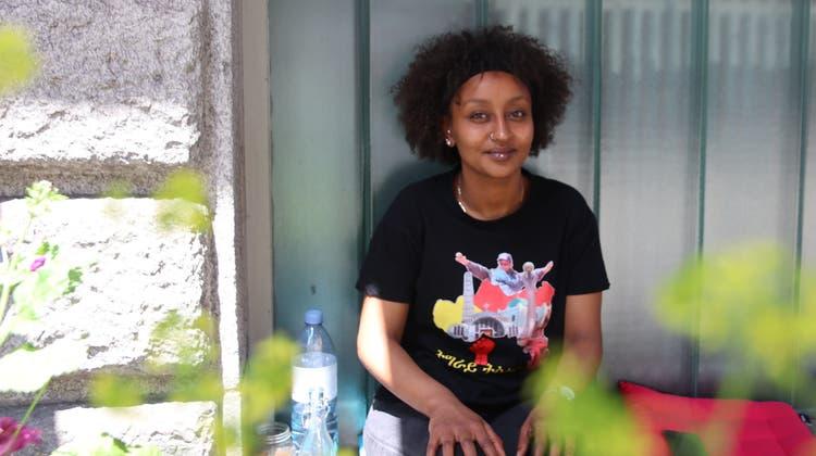 Politisches Statement in amharischer Schrift: «Tigray wird gewinnen», steht auf dem T-Shirt von Helen Meles. (Lydia Lippuner)