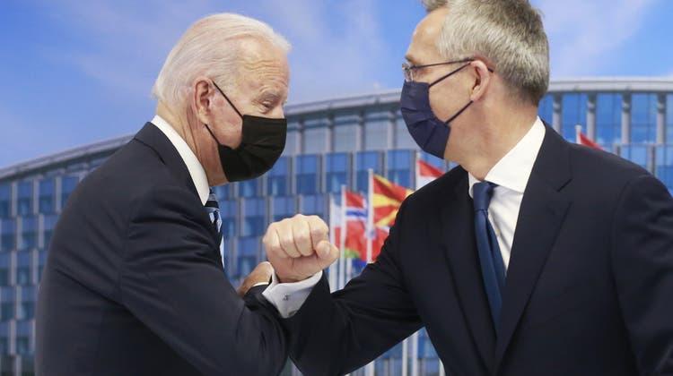 Nato Generalsekretär Jens Stoltenberg begrüsst US-Präsident Joe Biden mit einem coronakonformen «Ellbogen-Bump» vor dem anstehenden Nato-Gipfel in Brüssel. (Stephanie Lecocq / AP)
