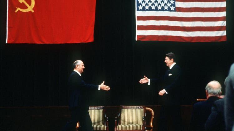 Michail Gorbatschow und Ronald Reagan geben sich am 19. November 1985 in Genf die Hand. (Jansson / EPA LEHTIKUVA)