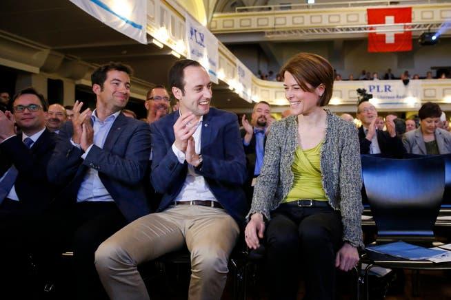 Der Berner Nationalrat Christian Wasserfallen (Mitte) applaudiert Petra Gössi (rechts). Die Delegierten haben sie an jenem 16. April 2016 eben zur neuen Präsidentin gewählt.