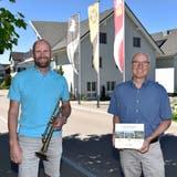 OK-Präsident Patrick Clesle und Gemeindepräsident Martin Imboden vor dem Wuppenauer Gemeindehaus. (Bild: Mario Testa)