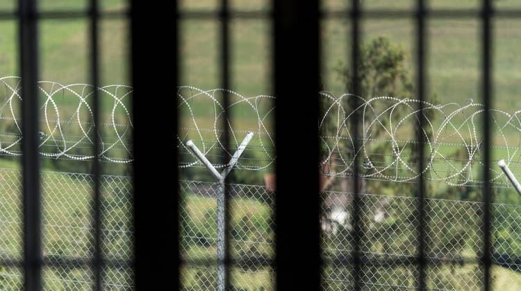 Der Mann, der nach dem Aufschliessen der Zelle frei zwischen Spazierhof und Dusche pendeln durfte, wurde in der Haft gewalttätig. (Alessandro Della Valle)
