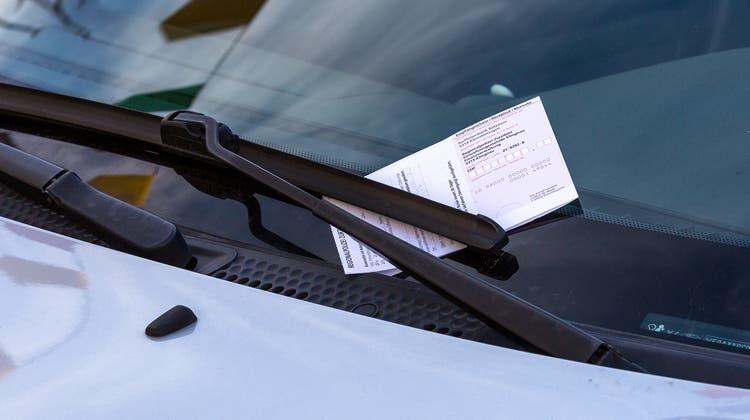 Ein Autofahrer oder eine Autofahrerin hat eine Parkbusse erhalten im Klingnauer Städtchen. (Sandra Ardizzone/Archiv)