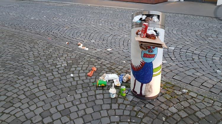 Überfüllter Abfallkübel (Abfallhai) am Rain in Aarau. Aufgenommen am frühen Samstagabend, 27. März 2021. (Nadja Rohner)