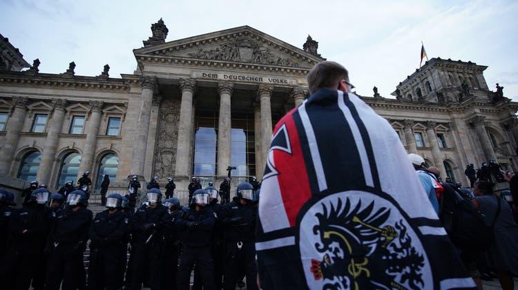 Der 29. August 2020: Reichsbürger und Rechtsextremisten stürmten die Treppe zum Berliner Reichstag. Die Politik sprach von einer «Schande». (Clemens Bilan / EPA/29. August 2020)