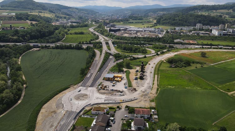 Der neue Kreisel Frenkendörfertrasse, rechts biegt die künftige Rheinstrasse ab. Sie hat lediglich zwei Spuren. (Bild: Kenneth Nars)