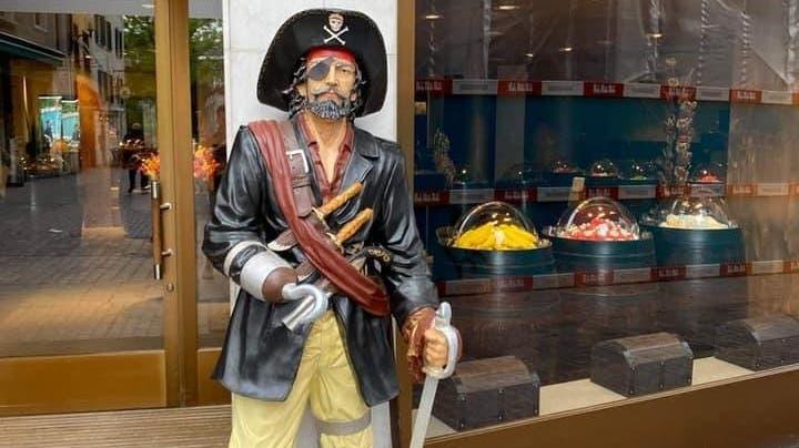 Hier hielt er noch vor dem Süssigkeiten-Shop Wache: Der gestohlene Pirat. (Bild:Schaffhauser Polizei)