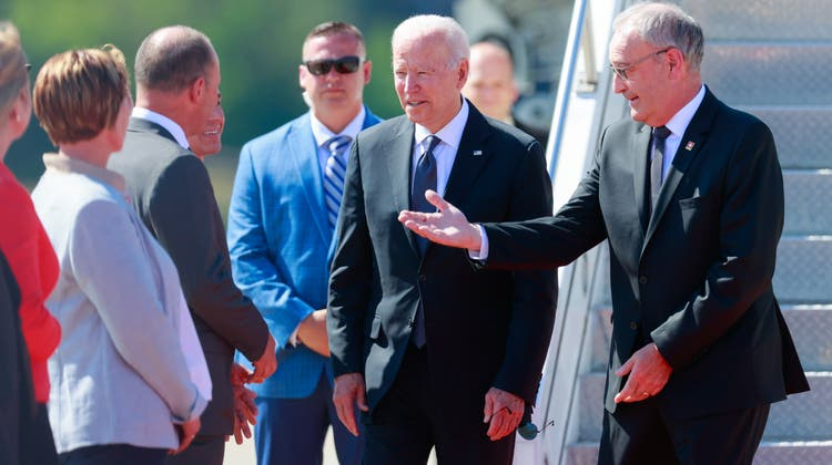 Joe Biden ist in der Schweiz gelandet und wird von Bundespräsident Guy Parmelin und Aussenminister Ignazio Cassis empfangen