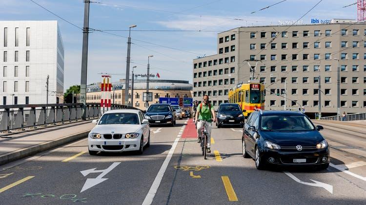 Eine Autospur auf der Brücke soll zugunsten der Velofahrer wegfallen. (Kenneth Nars)