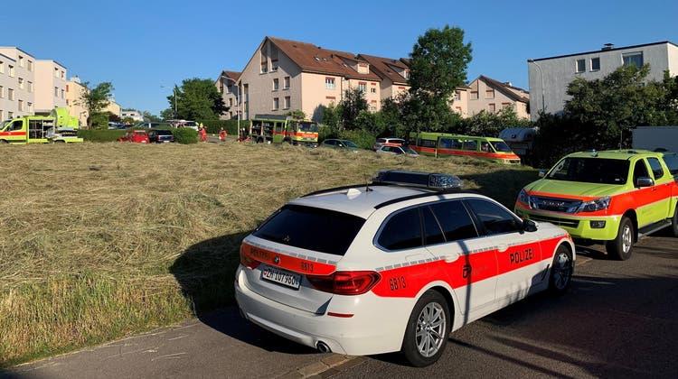 Die Fahrzeuge der Einsatzkräfte vor der Brandstelle. (zvg/Kapo Zürich)