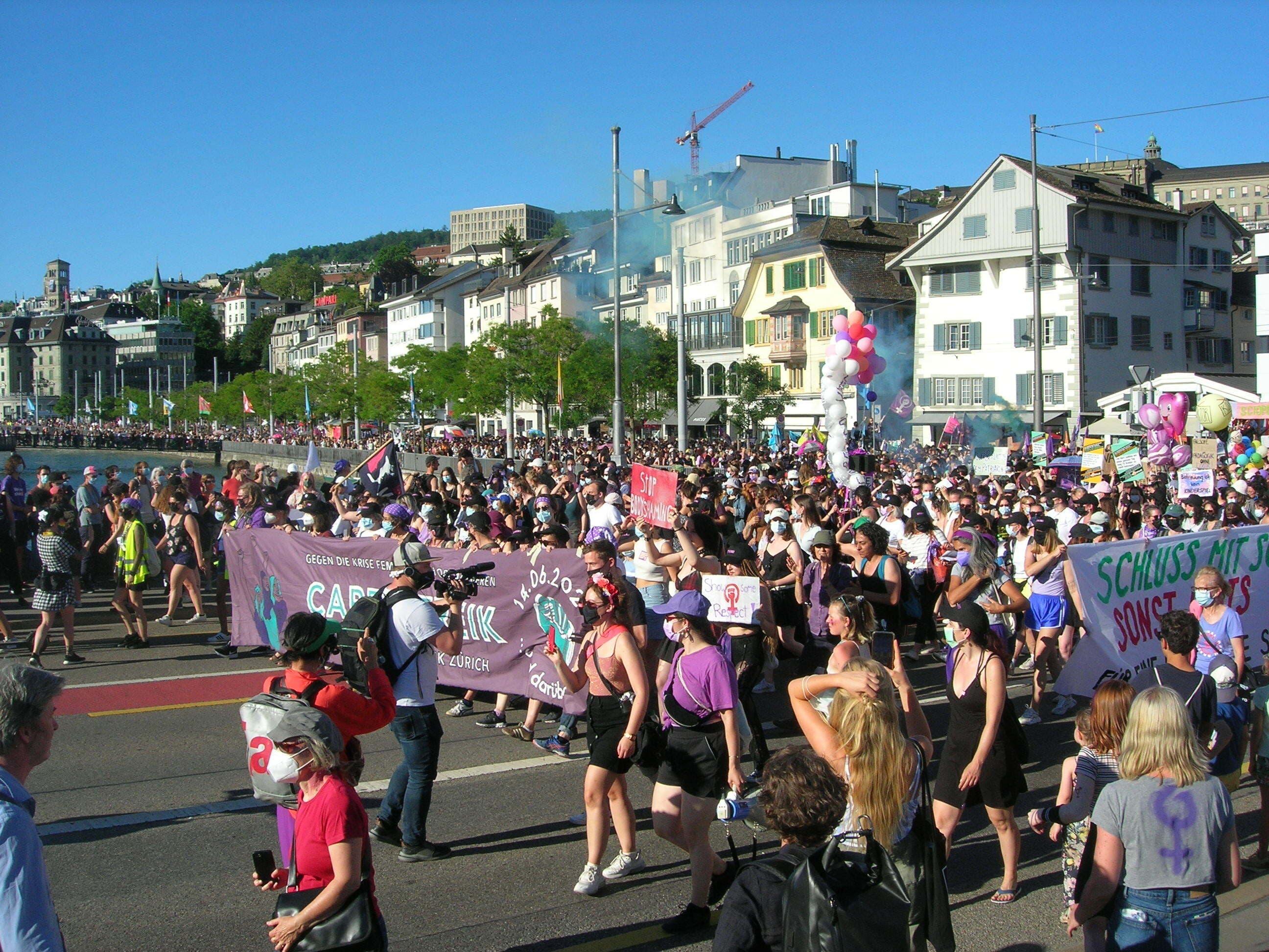 Kurz nach 18 Uhr begann der Umzug zum Frauenstreiktag durch die Zürcher Innenstadt.