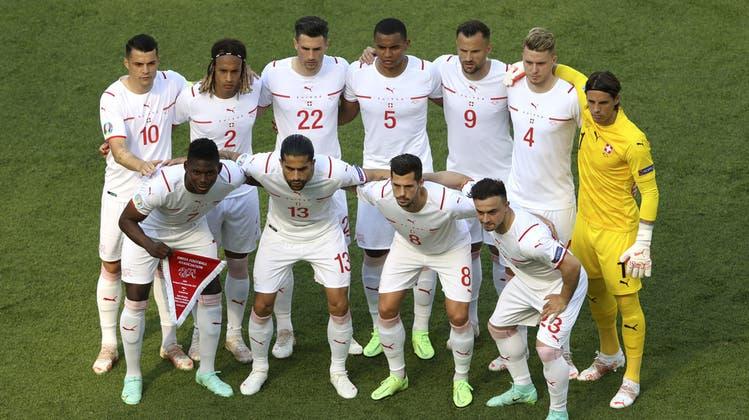 So startete die Schweiz gegen Wales (von oben links): Granit Xhaka, Kevin Mbabu, Fabian Schär, Manuel Akanji, Haris Seferovic, Nico Elvedi, Yann Sommer. Von unten links: Breel Embolo, Ricardo Rodriguez, Remo Freuler und Xherdan Shaqiri. (Keystone)