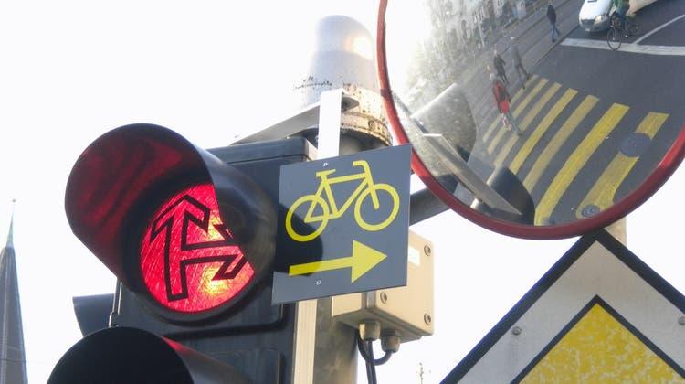 Nur mit diesem Schild dürfen Velofahrer trotz Rot rechts abbiegen (bfu)
