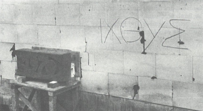 Die Grundsteinlegung erfolgte am 1. November 1970. Der Fisch war ein frühchristliches Symbol für Christus. Die Worte «Jesus Christus, Gottes Sohn, Erlöser» hatte in griechischer Sprache die Anfangsbuchstaben I-CH-T-Y-S. Diese Initialen bildeten das griechische Wort für «Fisch». An der Wand steht dasselbe Wort in griechischer Schrift.