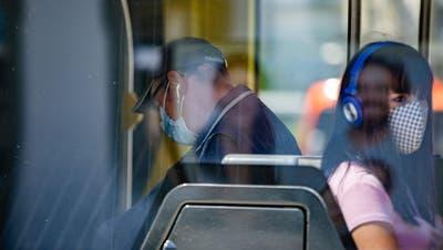 Die Maskenpflicht im öffentlichen Verkehr könnte uns noch eine Weile erhalten bleiben. (Tom Ulrich)