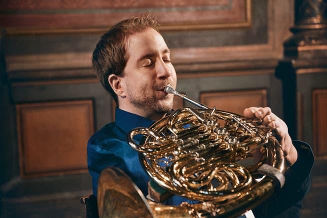 Der armlose Hornist Felix Klieser spielte sein Album «Beyond Words» mit Chaarts ein und belegte Platz 8 der deutschen Albumcharts.