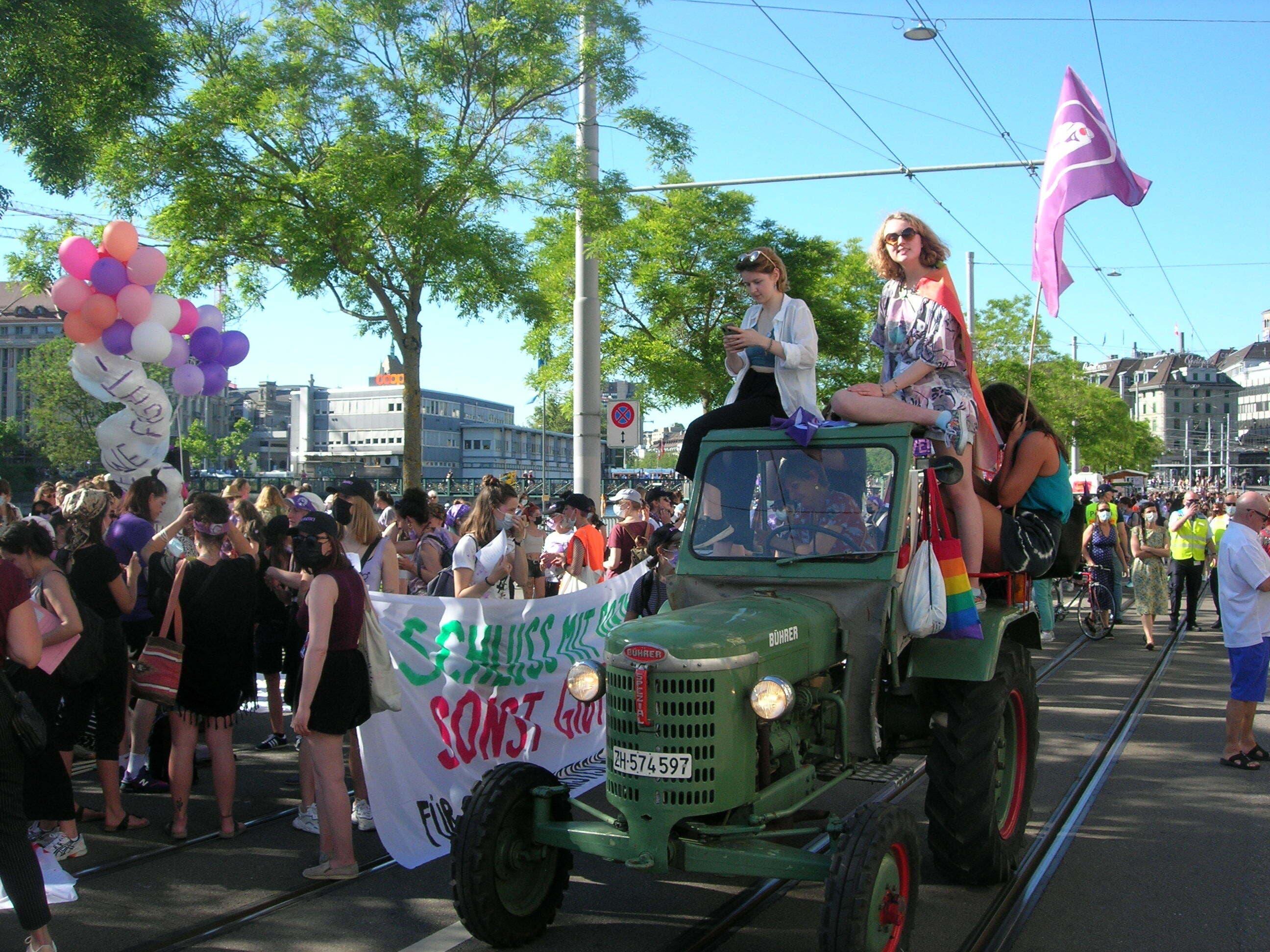 Die Demonstrantinnen versammelten sich am Limmatquai.
