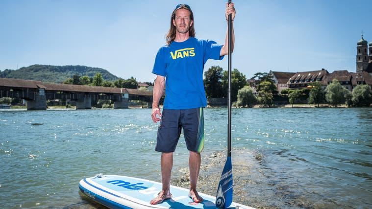 Christian Wunderlin aus Stein bietet auf dem Rhein auch Kurse im Stand-up-Paddeln an. (Mario Heller (18. Juli 2016))