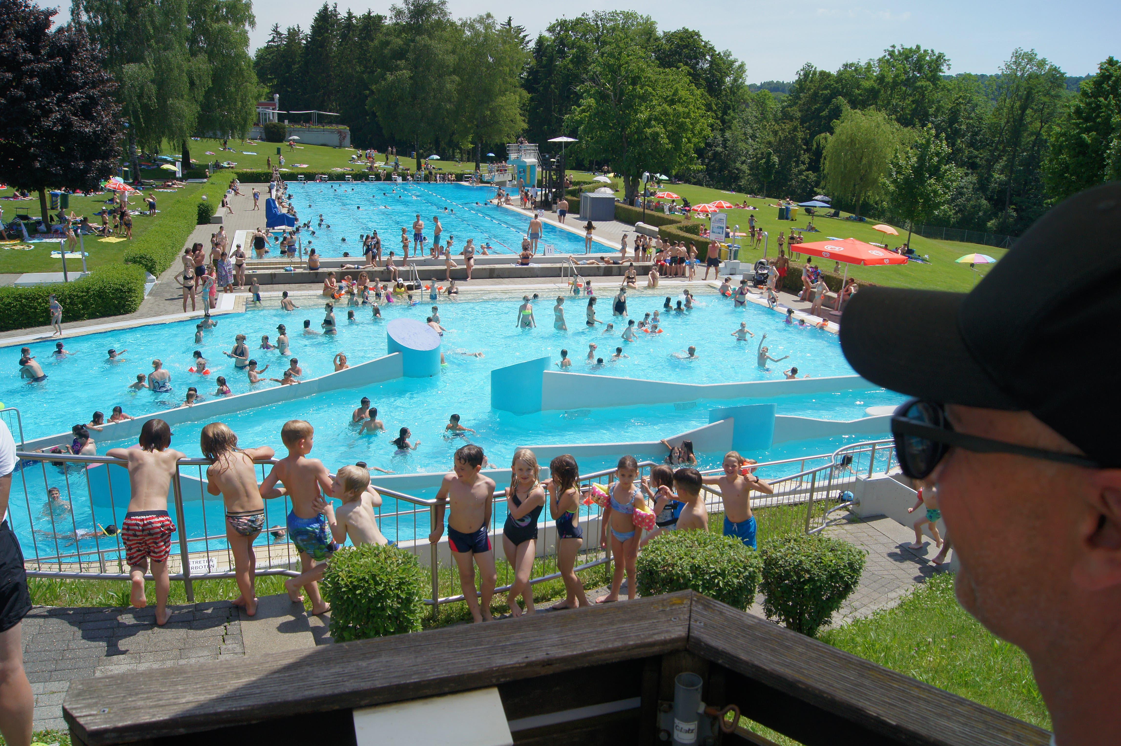 Viele Gäste suchen beim heissen Sommerwetter die Abkühling in den Schwimmbecken der Badi Weihermatt in Urdorf.