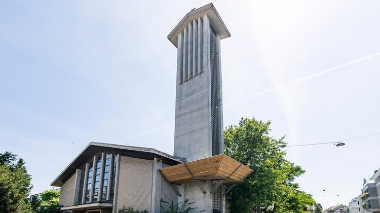 Der Kirchturm der Sacré-Cœurist bald Geschichte. (Bild: Kenneth Nars)
