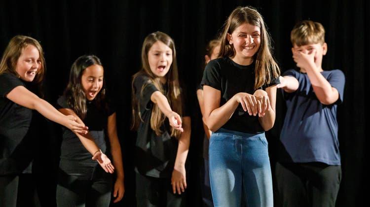 Zwei Zuchwiler Klassen präsentieren überzeugende Beispiele für modernes Jugendtheater