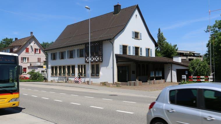 Das ehemalige Polizeigebäude in Frick wird abgerissen. Im neuen Gebäude soll unter anderem eine BLKB-Filiale entstehen. (Dennis Kalt / Aargauer Zeitung)