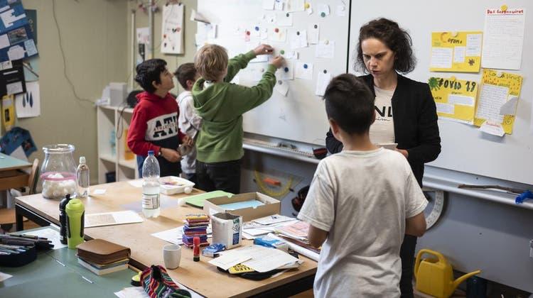 Viele Pädagogen sind der Meinung, der Lernfortschritt sei grösser, wenn Schülerinnen und Schüler nicht benotet werden. (Keystone)